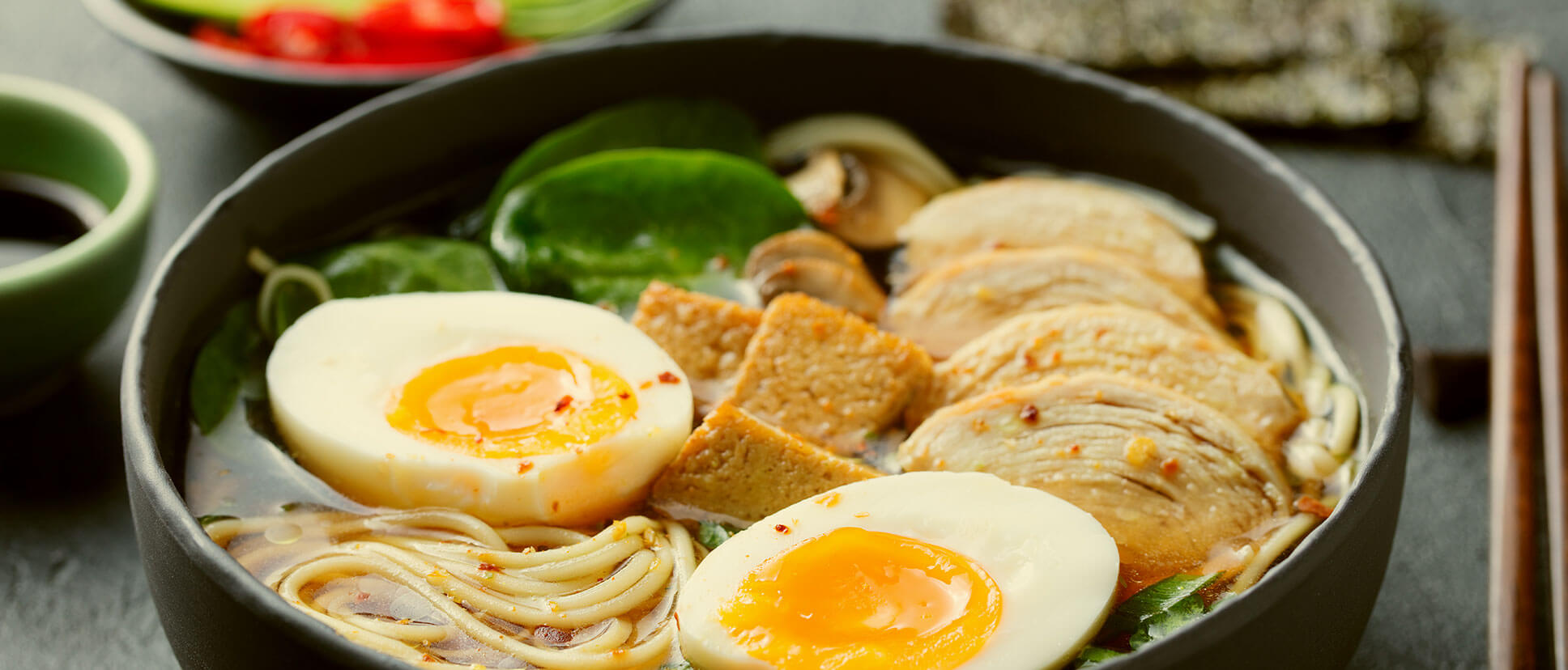 Assiette œuf poulet avec pâte