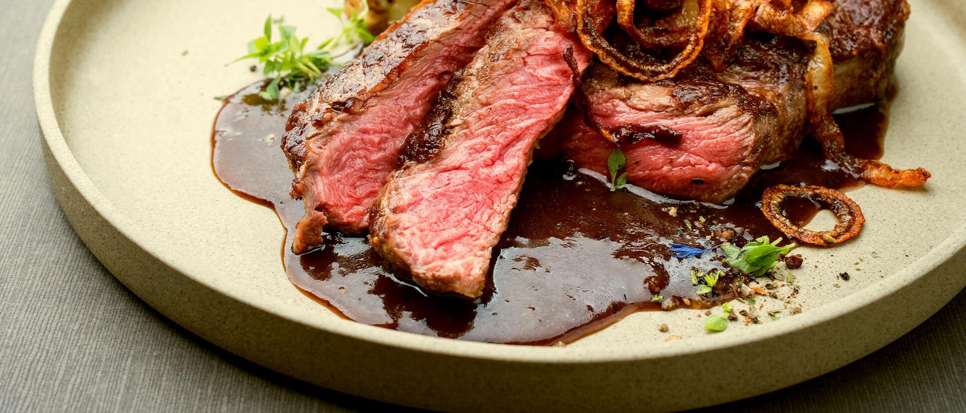 repas steak avec accompagnement dans une assiette